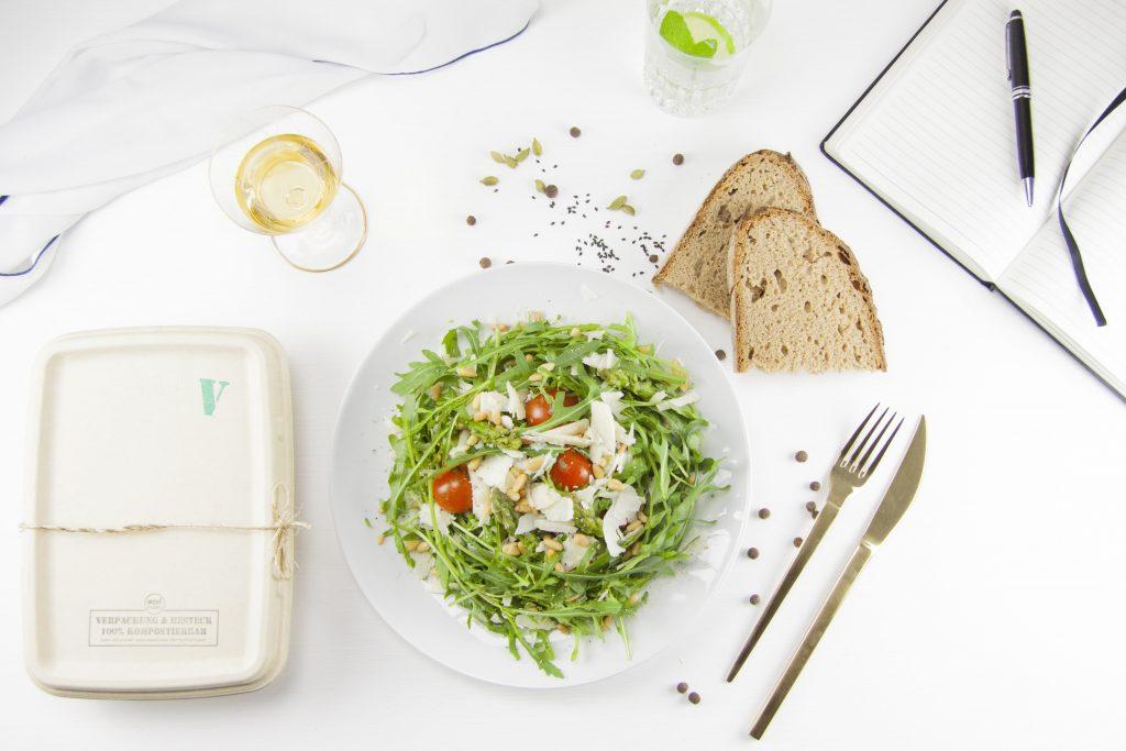 Produktbeispiel mit Salat und Speisenverpackung