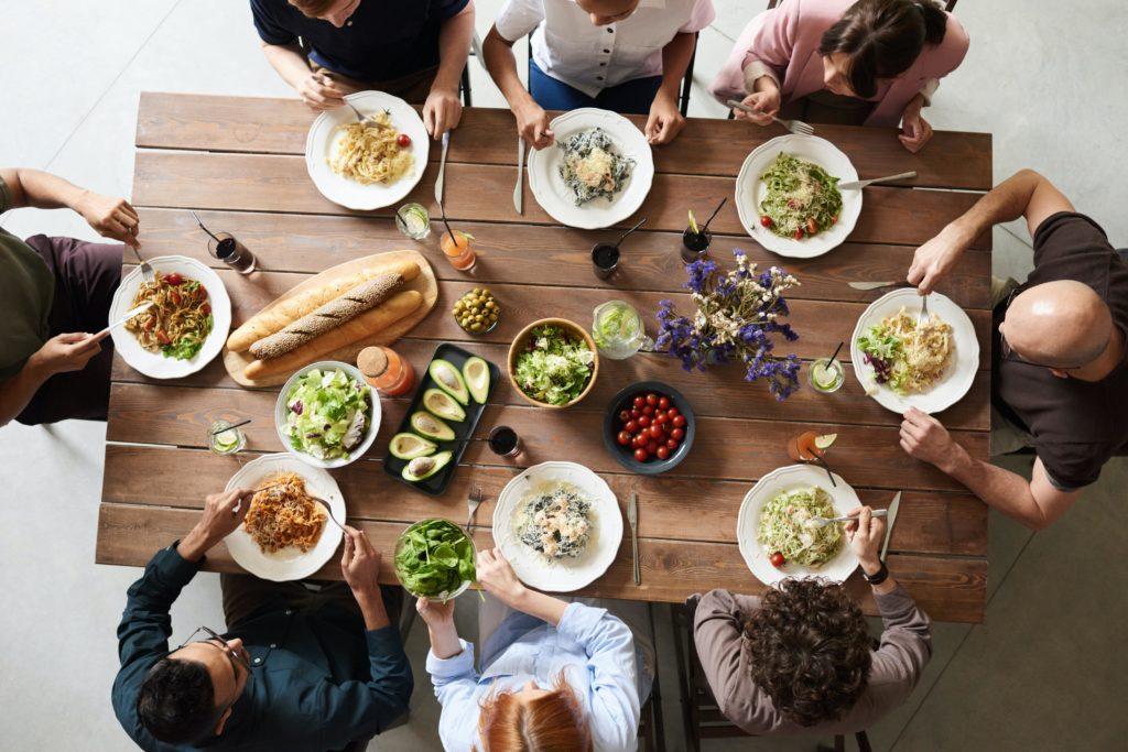 Eine Gruppe beim Team-Lunch im Büro.