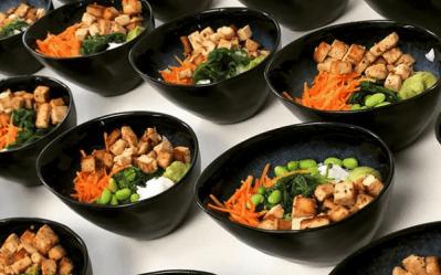 Verschiedene Gerichte mit gesunden Zutaten für ein Lunch Catering