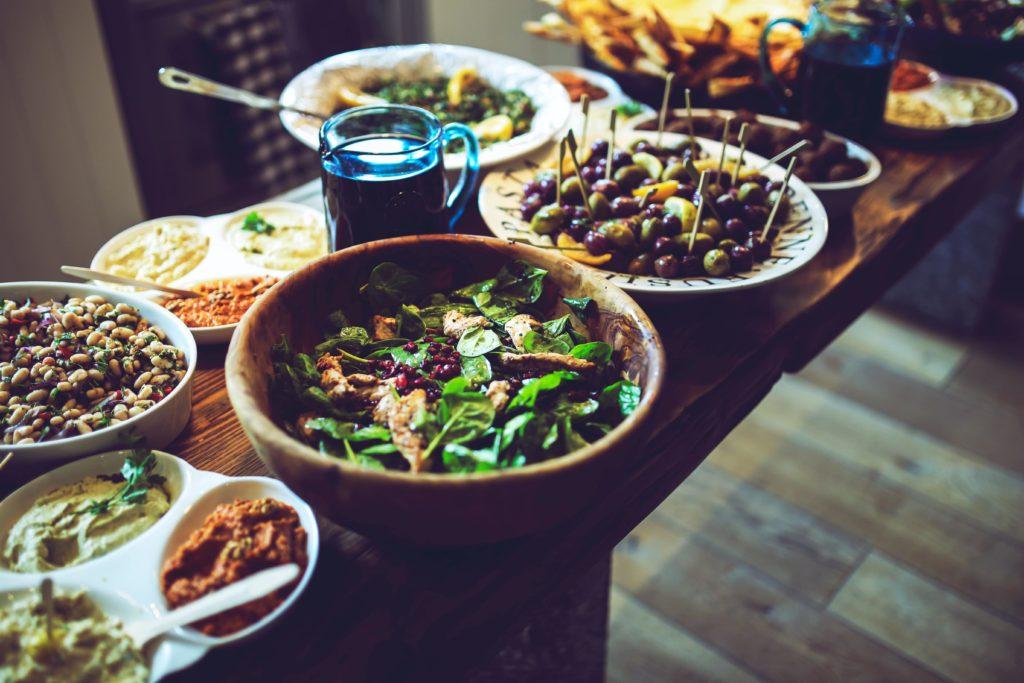 Ein Tisch voller verschiedener Gerichte und Häppchen für die Verpflegung am Arbeitsplatz.