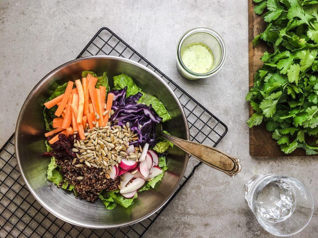 Ein frischer Salat mit knackigem Gemüse und Sonnenblumenkernen