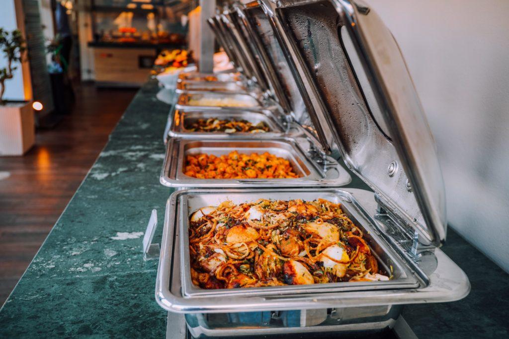 Das Essensangebot beim Catering in der Nähe. Verschiedene Gerichte für die Mittagspause.