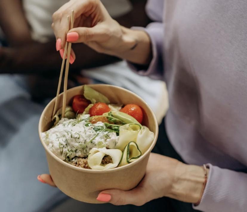 Mittagessen im Büro mit einer gesunden Bowl